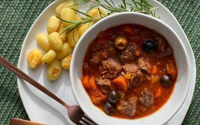 Italiaans ovenstoofvlees van sukadelappen met gebakken gnocchi